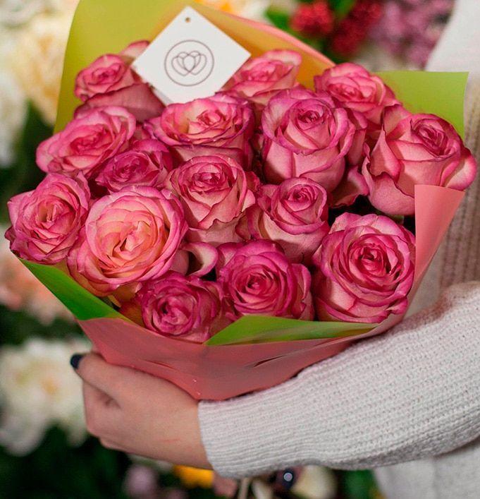 15 кремовых с розовой каймой роз Carrousel 50 см фото
