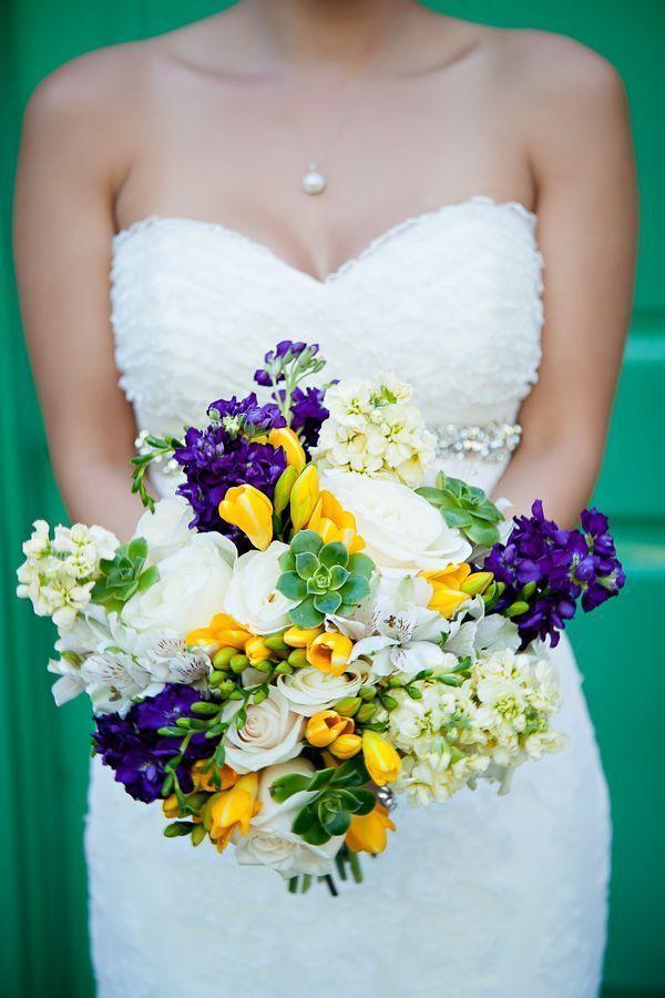 Свадебный букет из фрезии, левкой и роз фото