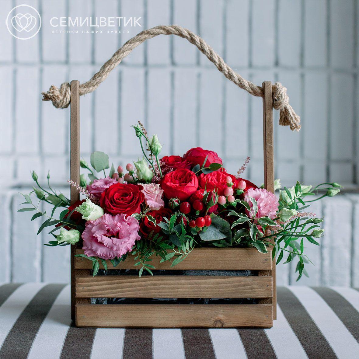 Деревянный ящик с красной пионовидной розой и зеленью фото
