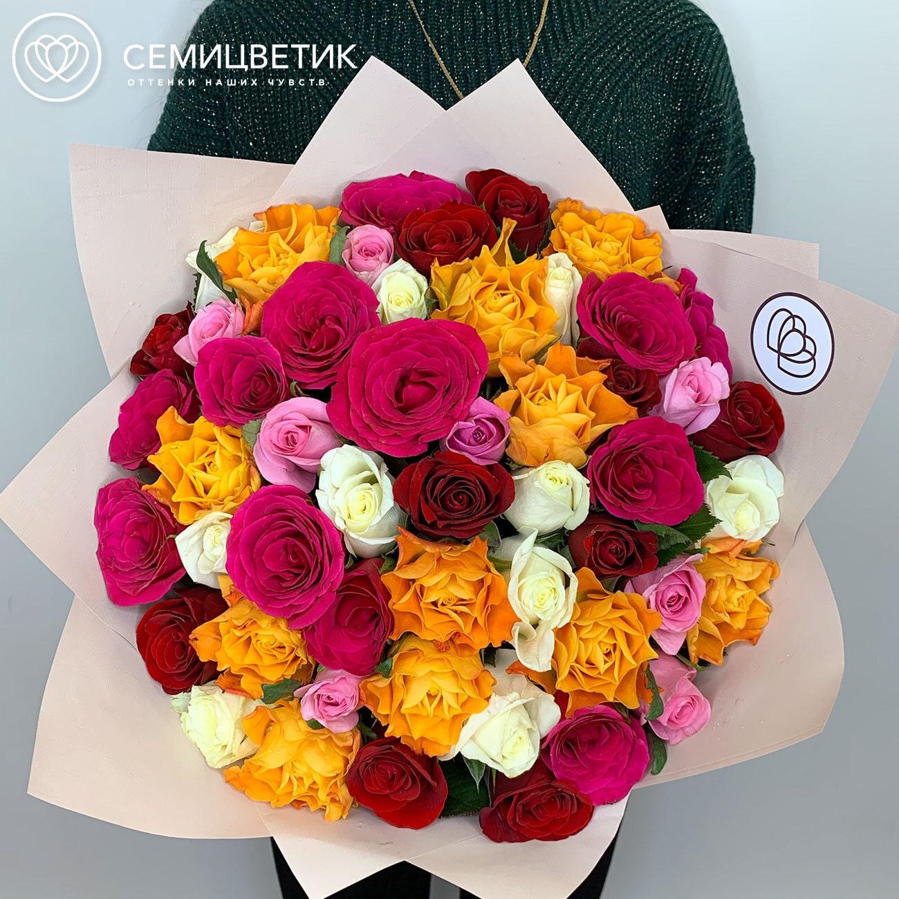 Букет из 51 розы микс 40 см Standart в дизайнерской пленке фото