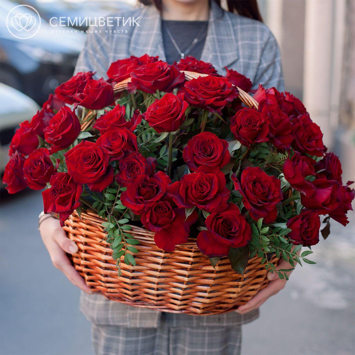Композиция из 51 красной российской розы (Магия) 35 см в корзине фото