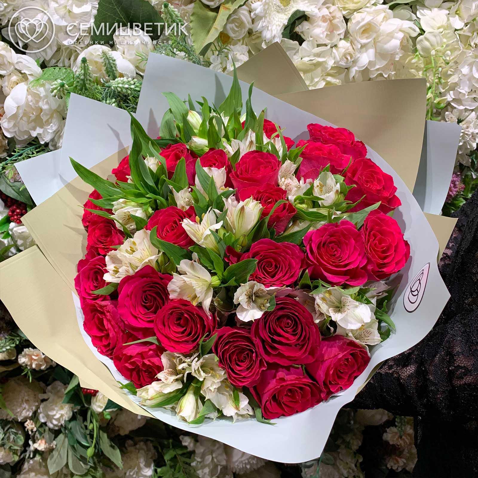 Розово-белый букет из 25 роз и 10 альстромерий в дизайнерской пленке фото