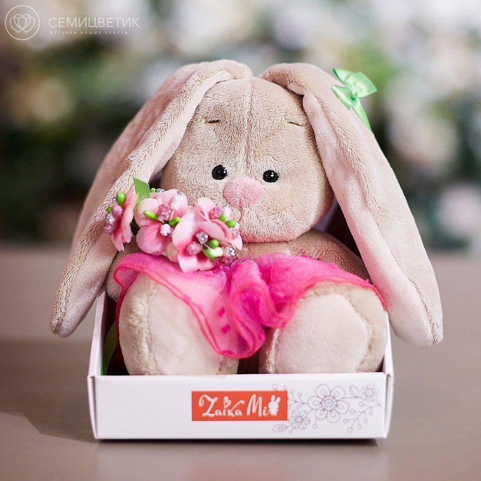 Зайка Ми с букетом в розовой юбке фото